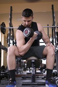 Alain, coach circuit training tenant un haltère