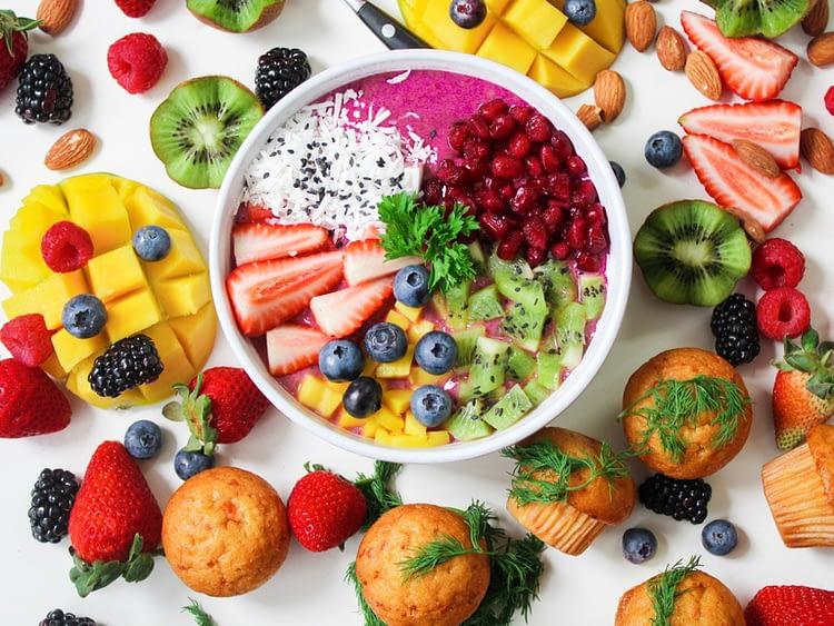 coupe de fruits avec des gâteaux