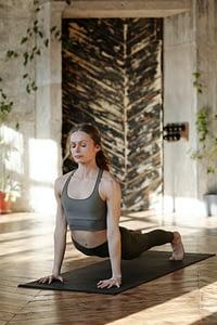 Emilie, coach fitness dans une position de yoga