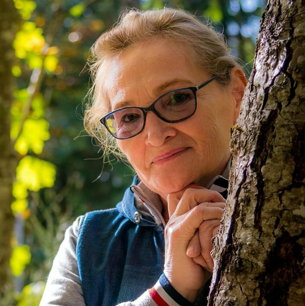 Femme cachée derrière un arbre